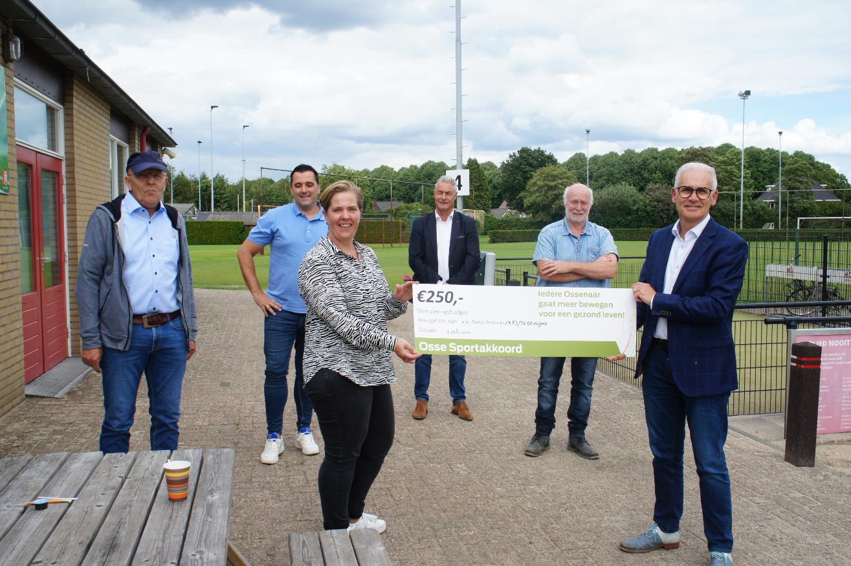 Vier cheques uitgereikt vanuit Osse Sportakkoord